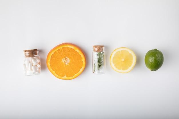 Frutta esotica con medicina Foto Gratuite