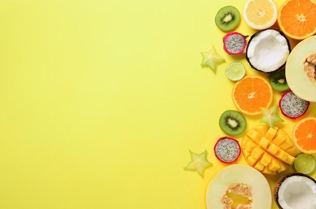 Frutta esotica - papaya, mango, ananas, banana, carambola, frutta del drago, kiwi, limone, arancia, melone, cocco, lime. Foto Premium