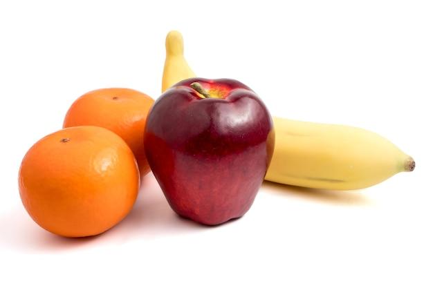 Frutta fresca con mela, banana e arance su sfondo bianco. Foto Premium
