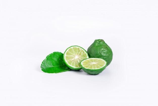 Frutta fresca del bergamotto con il taglio a metà e foglia verde isolata Foto Premium