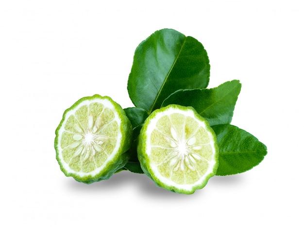 Frutta fresca del bergamotto con la foglia isolata su fondo bianco Foto Premium