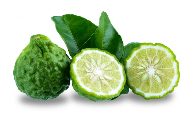 Frutta fresca del bergamotto con la foglia isolata su superficie bianca Foto Premium