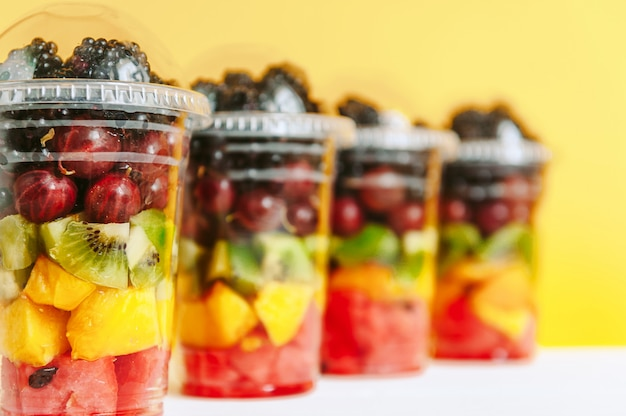 Frutta in bicchieri di plastica Foto Premium