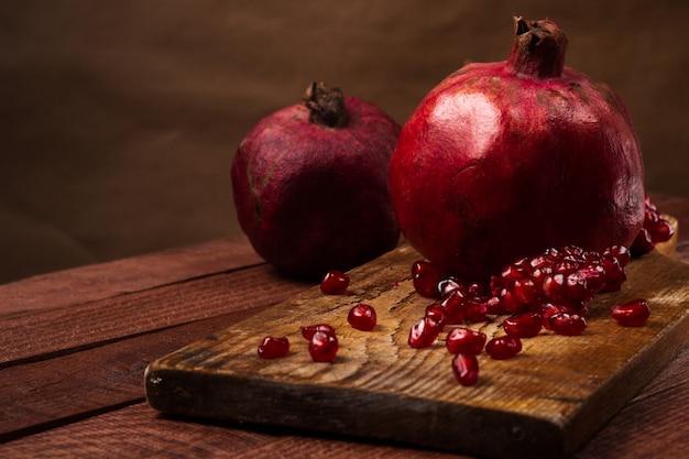 Frutta matura del melograno su fondo d'annata di legno Foto Premium