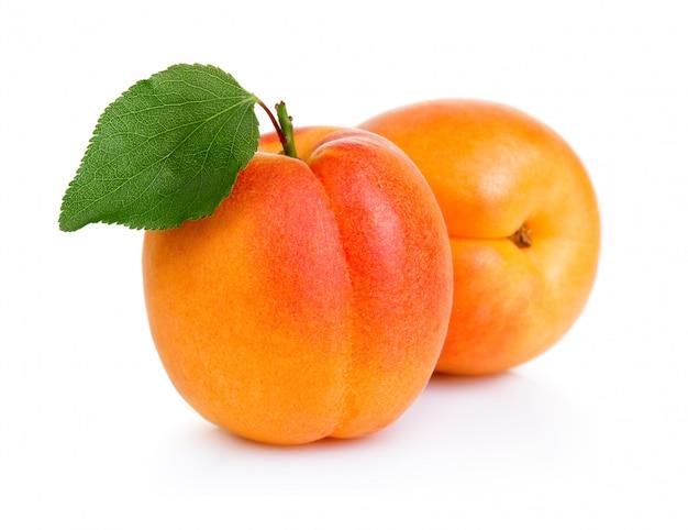 Frutta matura di albicocca con foglia verde isolato su bianco Foto Premium