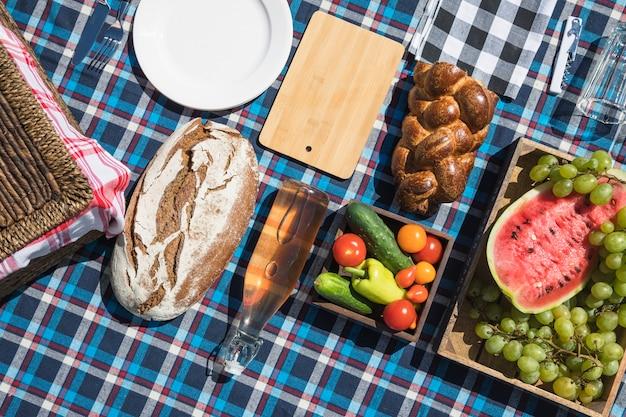 Frutta; pane e verdure al forno su stoffa a quadretti Foto Gratuite