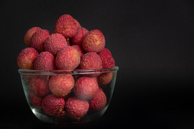 Frutta rossa del lychee disposta in un cestino. Foto Gratuite