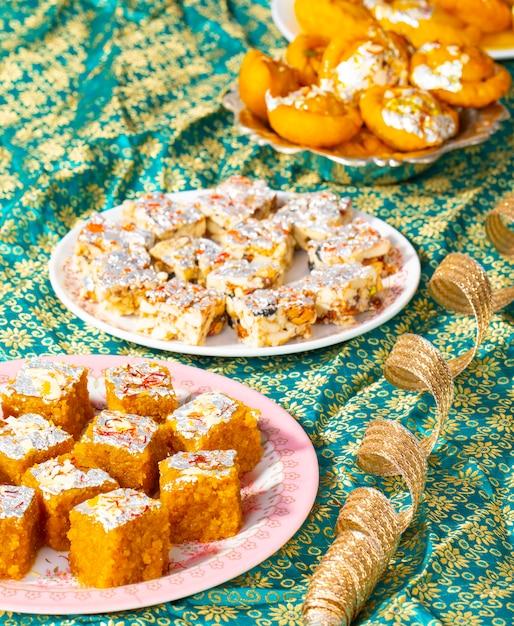 Frutta secca senza zucchero per alimenti dolci popolari indiani con mung dal chakki o chandrakala Foto Premium