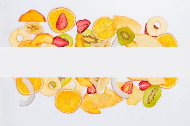 Frutta secca su sfondo bianco Foto Premium