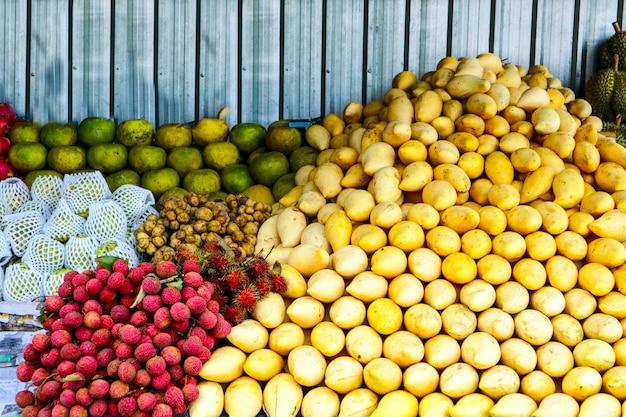 Frutta sul mercato di strada per il turista, mango, arancia, longkong, longan, lychee, dragon fruit Foto Premium