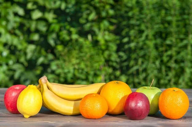 Frutta sulla tavola di legno sul fondo della natura. Foto Premium