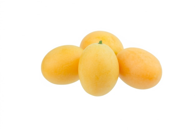 Frutta tailandese della prugna mariana dolce isolata su fondo bianco Foto Premium