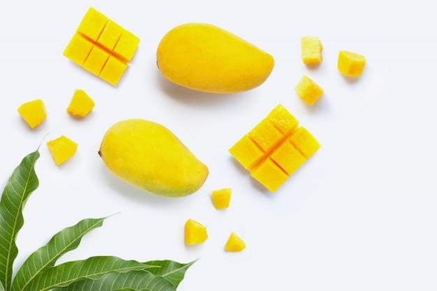 Frutta tropicale, mango su bianco Foto Premium