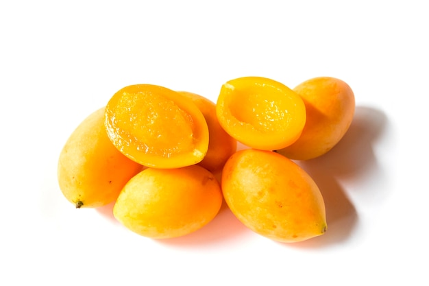 Frutta tropicale thailandese maprang, susina mariana, gandaria, mango di prugna. Foto Premium