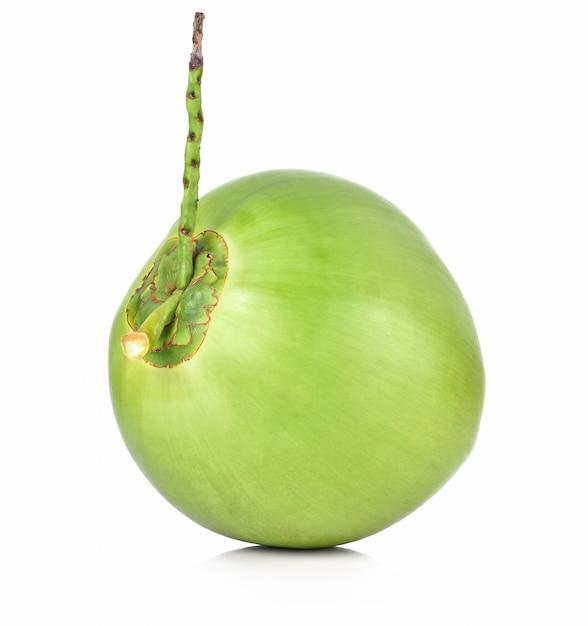 Frutta verde della noce di cocco isolata su fondo bianco Foto Premium
