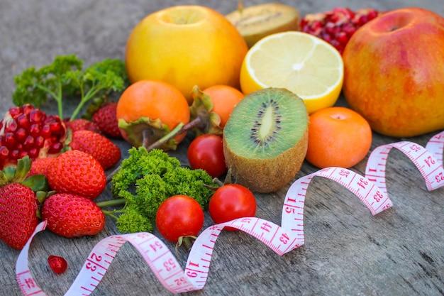 Frutta, verdura e nastro in misura nella dieta Foto Premium