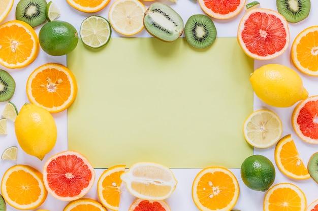 Frutti assortiti attorno al foglio di carta verde Foto Gratuite
