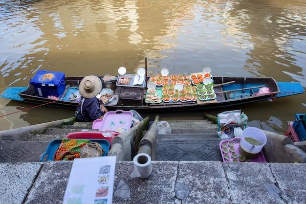 Frutti di mare sulla barca al mercato di galleggiamento di amphawa in tailandia Foto Premium