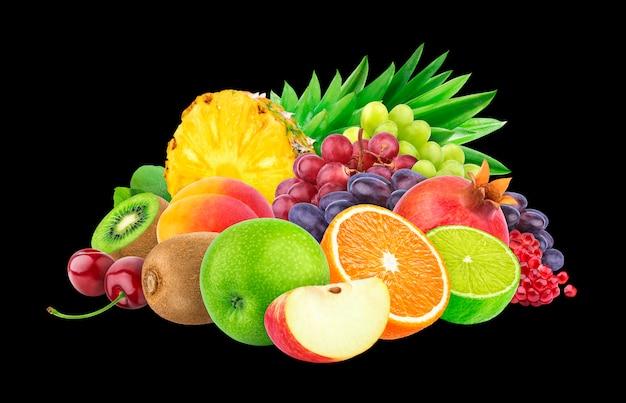 Frutti e bacche differenti sul nero Foto Premium