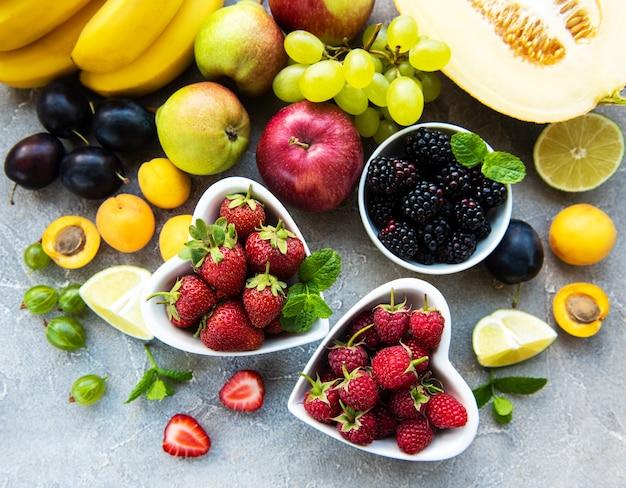 Frutti e bacche freschi d'estate Foto Premium