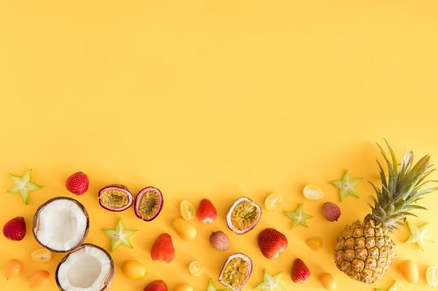 Frutti esotici freschi variopinti sulla tavola di giallo pastello. Foto Premium