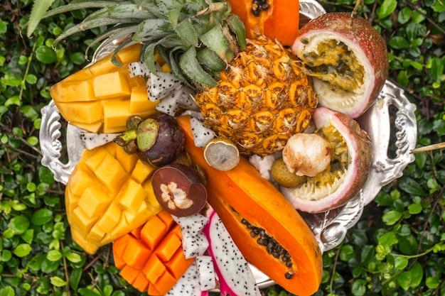 Frutti esotici su un vassoio Foto Gratuite