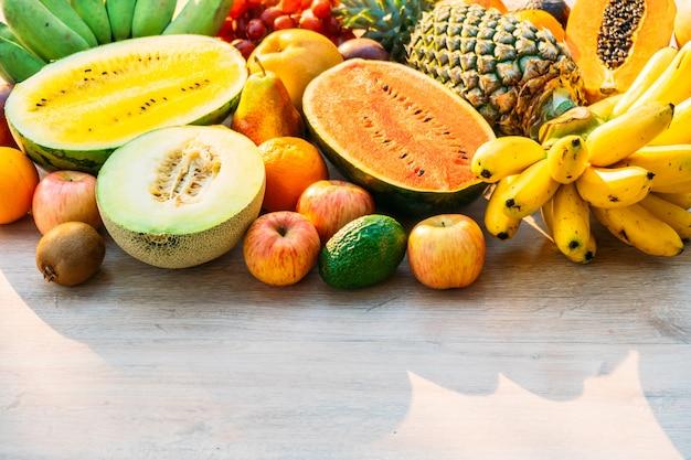 Frutti misti con arancia di banana mela e altro Foto Gratuite