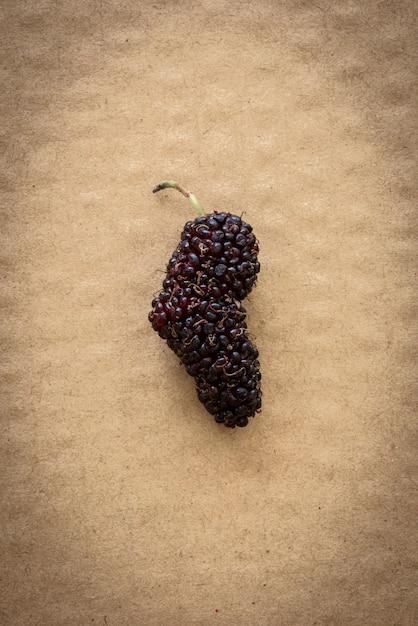 Frutti organici del gelso sul fondo del cartone Foto Premium