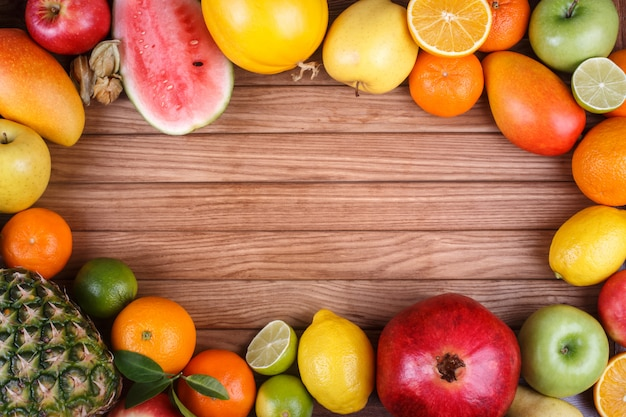 Frutti sul fondo di legno di struttura con spazio per testo. Foto Premium