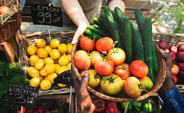 Fruttivendolo che vende prodotti agricoli freschi biologici Foto Premium