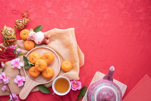 Frutto arancione, fiore di ciliegio rosa e teiera Foto Premium