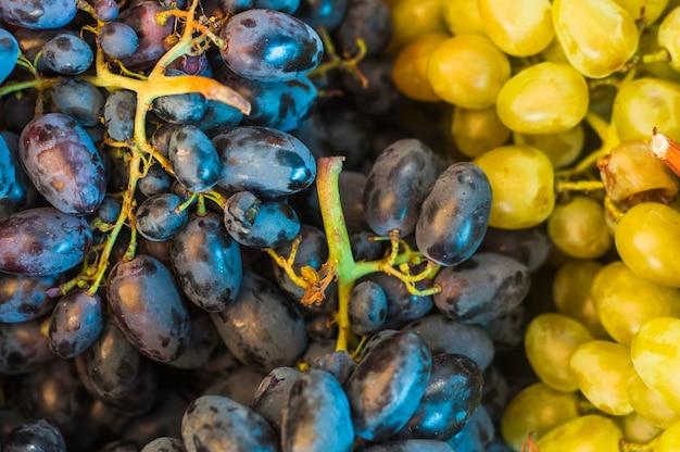 Full frame di frutta uva nera e verde Foto Gratuite