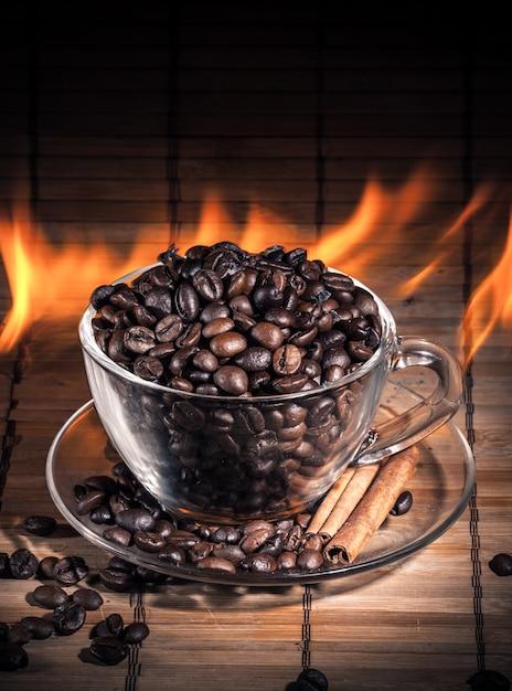 Fumante tazza di caffè in fiamme Foto Premium