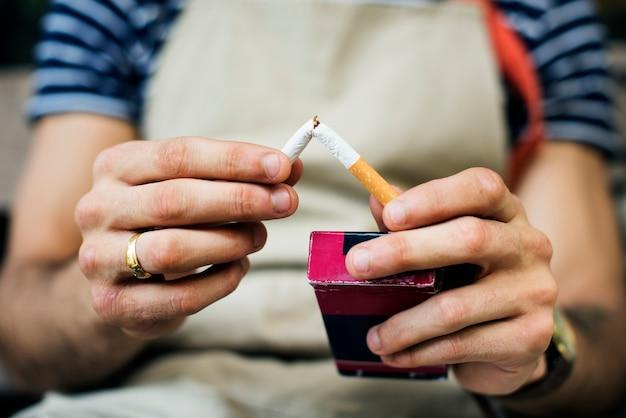 Fumatore che abbandona la sigaretta Foto Gratuite