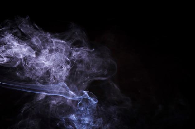 Fumi astratti di fumo su sfondo nero Foto Gratuite