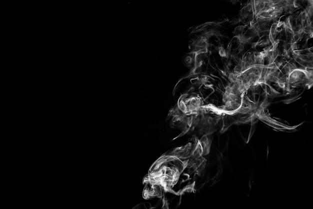 Fumi bianco su sfondo nero Foto Gratuite