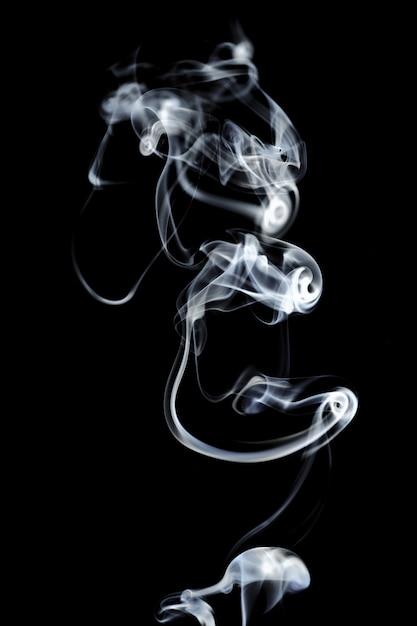 Fumo bianco isolato sul nero Foto Premium