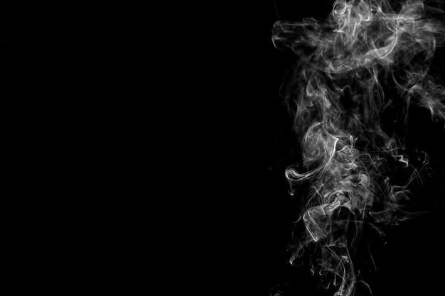 Fumo bianco sul lato destro dello sfondo Foto Gratuite