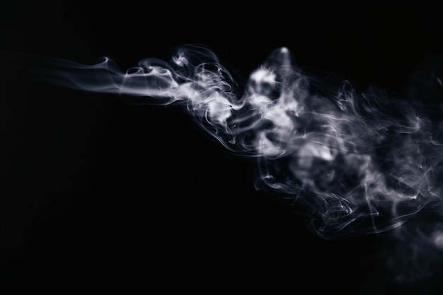 Fumo ondulato bianco su sfondo nero Foto Gratuite