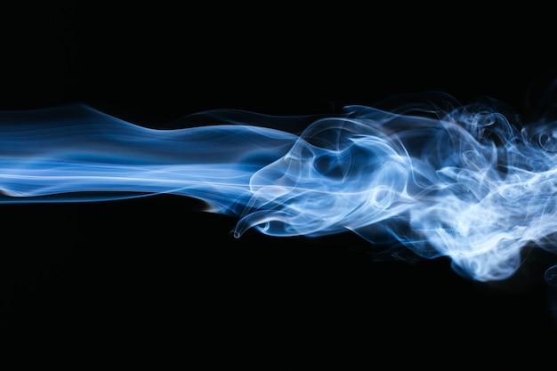 Fumo ondulato blu su sfondo nero Foto Gratuite
