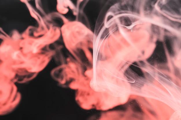Fumo rosa su sfondo nero Foto Gratuite