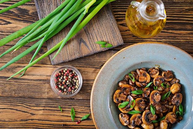 Funghi al forno con salsa di soia ed erbe aromatiche. cibo vegano. vista dall'alto Foto Gratuite