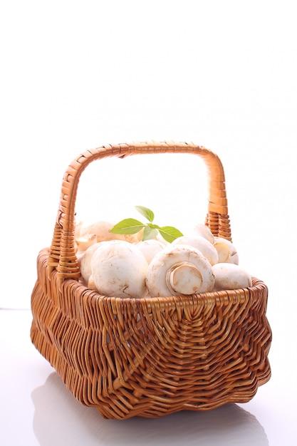 Funghi champignon in un cestino Foto Premium