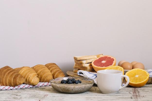Funghi e pasta per la colazione Foto Gratuite