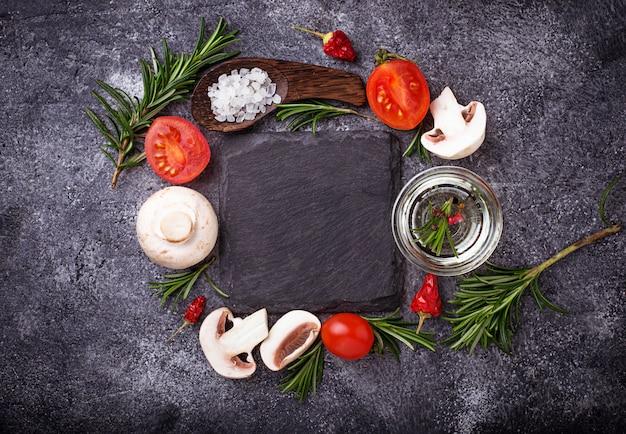 Funghi, pomodori, rosmarino, sale e olio. sfondo di cibo vista dall'alto Foto Premium