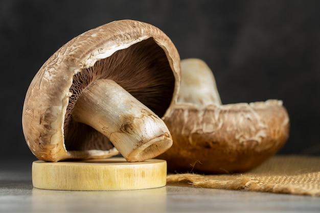 Fungo fresco di portobello sul bordo di legno Foto Premium