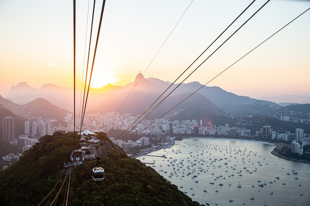 Funivia a sugar loaf mountain, vista sul paesaggio urbano di rio e funivia sugarloaf. Foto Premium
