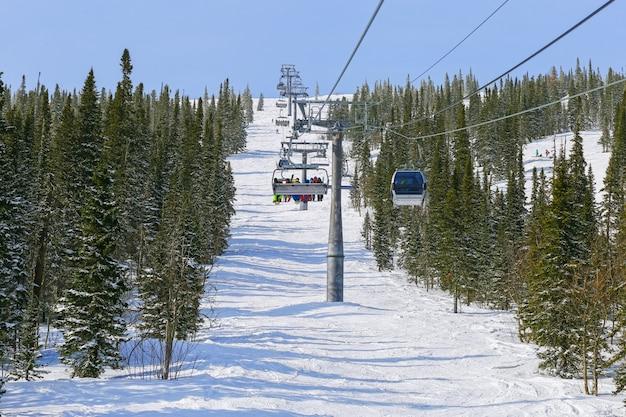 Funivia in montagna per sciatori nella località sciistica. Foto Premium