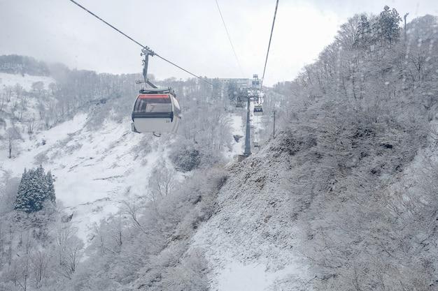 Funivia sky sulla montagna di neve a gala yuzawa vicino a tokyo Foto Premium