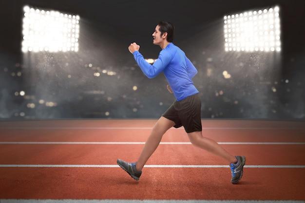Funzionamento asiatico del giovane corridore dell'uomo Foto Premium